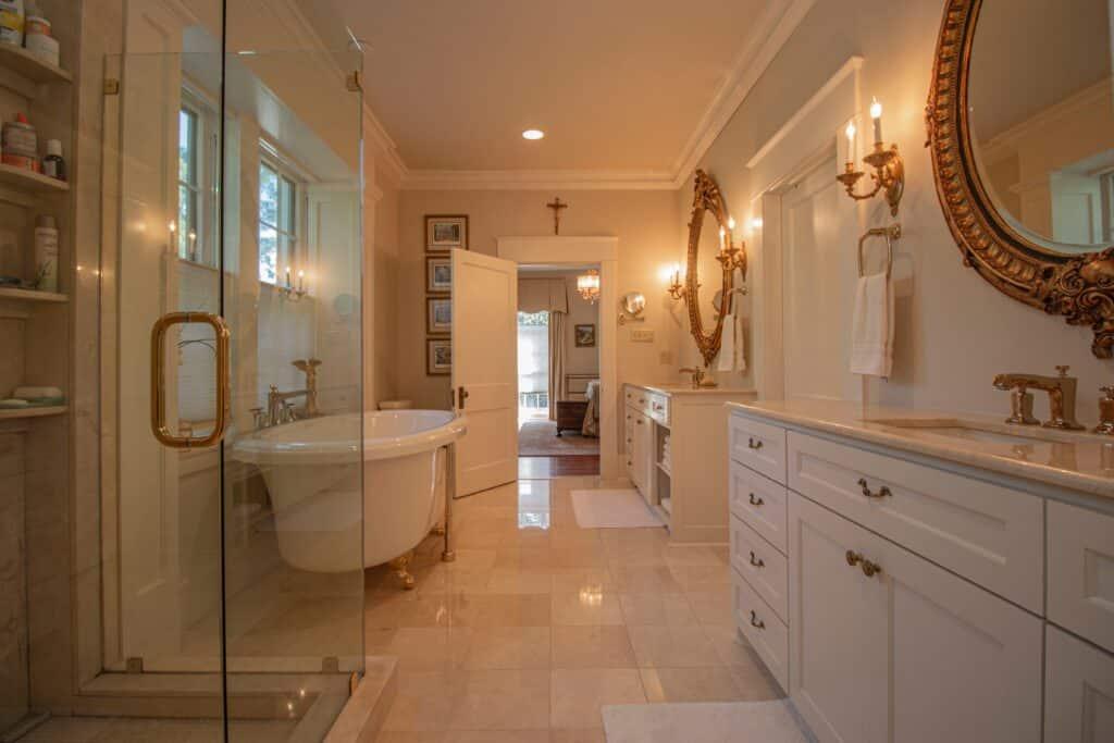 duża łazienka w stylu amerykańskim