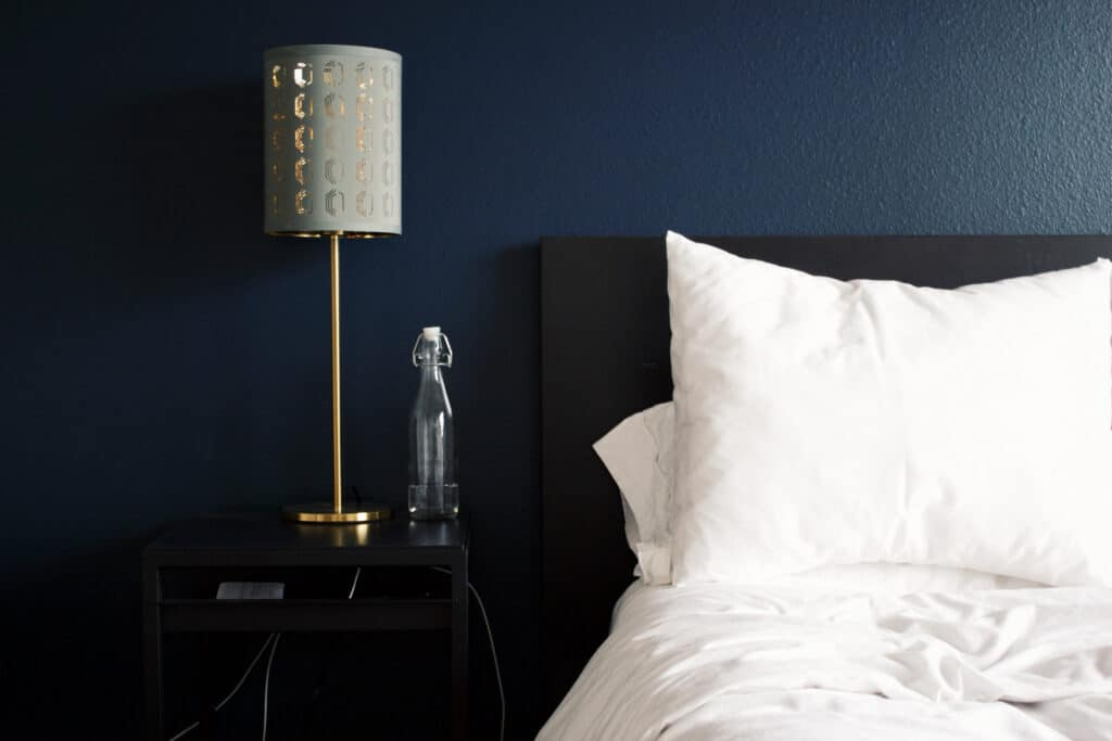 Granatowa sypialnia | Projektowanie wnętrz - Duszyńska Design