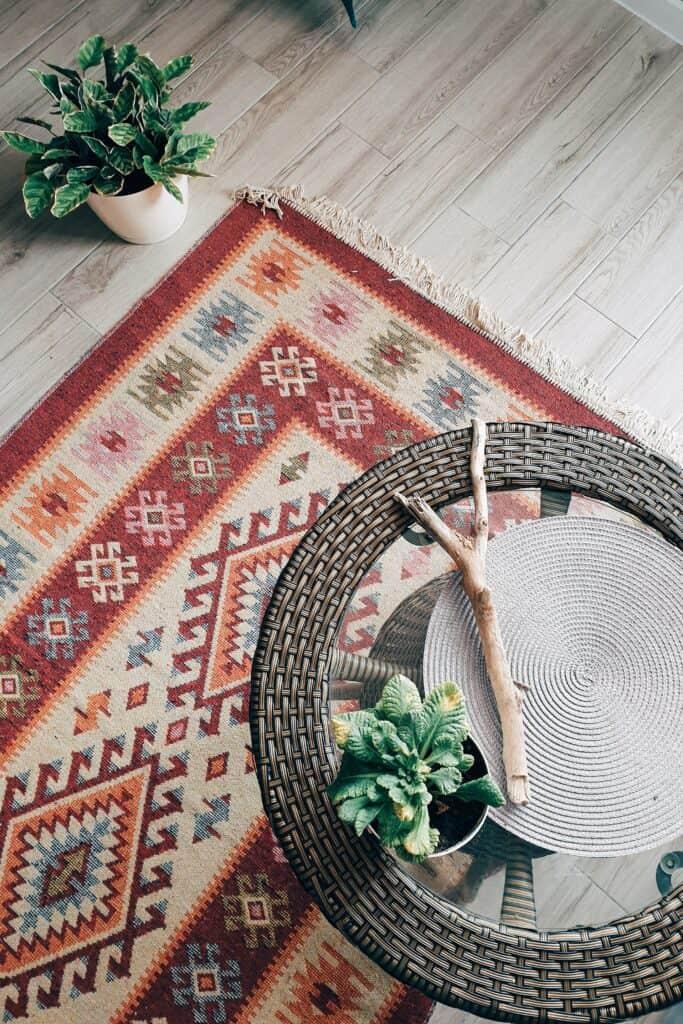 piękny dywan pod stolik