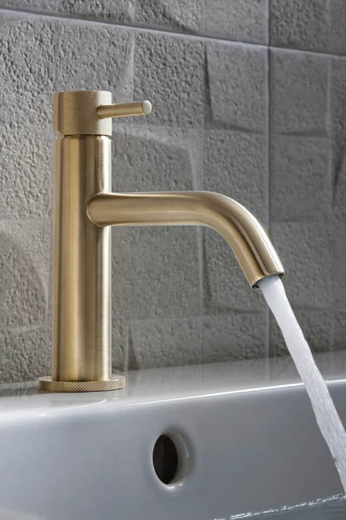 Nowoczesna łazienka / złota armatura