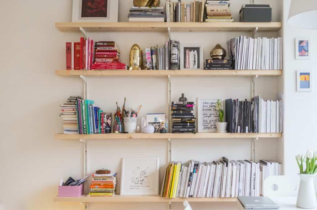 Półka z podręcznikami w pokoju ucznia