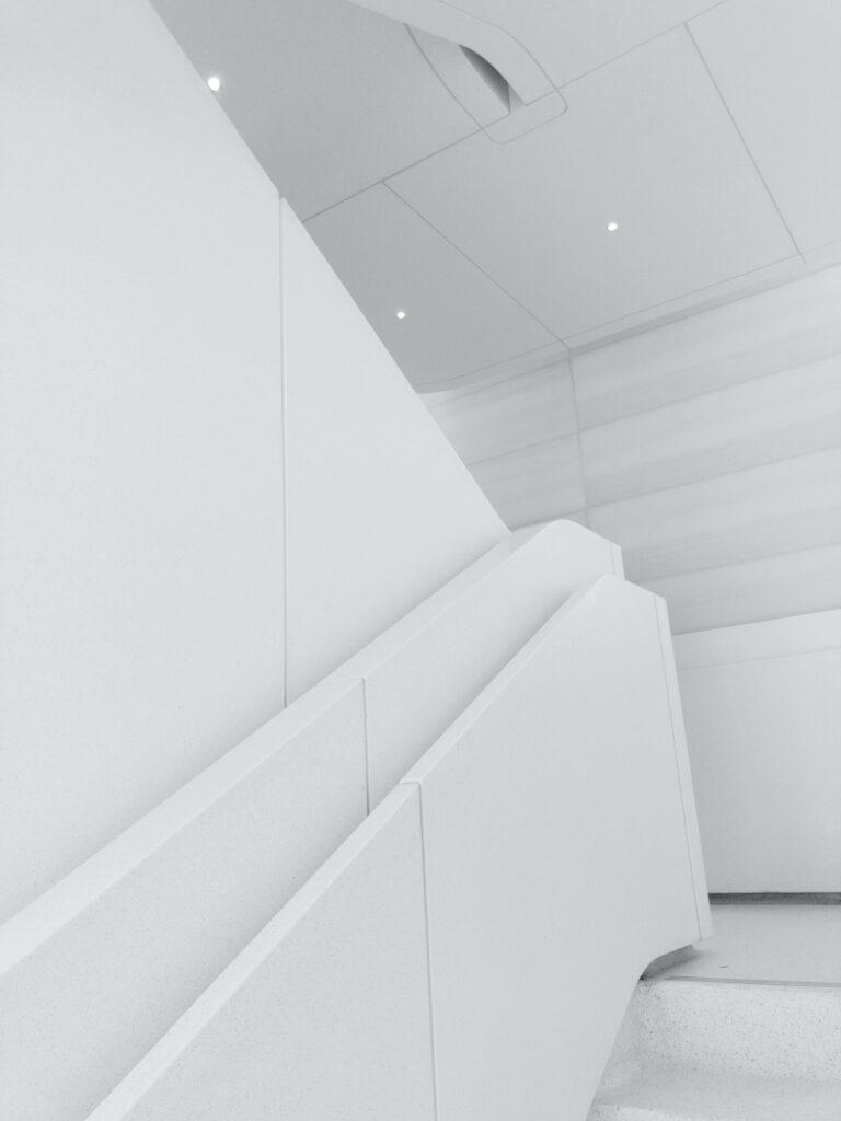wąski korytarz w jasnych kolorach