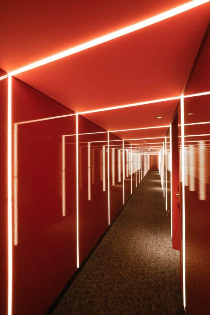 nowoczesne oświetlenie wąskiego korytarza