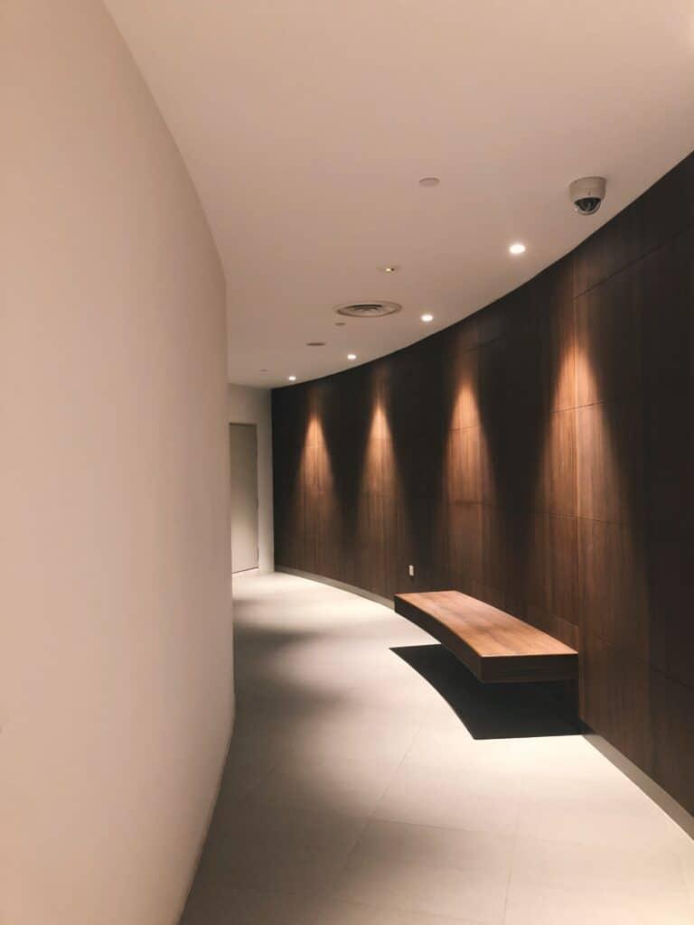 oświetlenie wąskiego korytarza