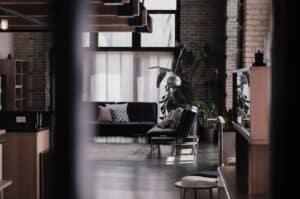 ciemne wnętrza / pokój z cegłą na ścianie