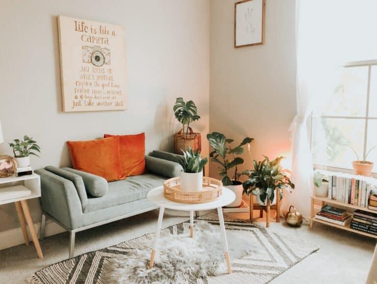 Mały pokój z jasną ścianą