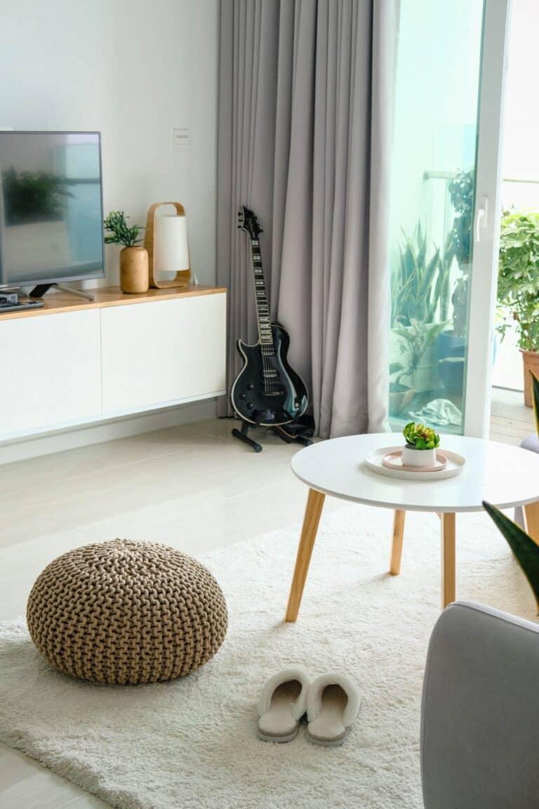 Mały pokój z jasnym dywanem na podłodze