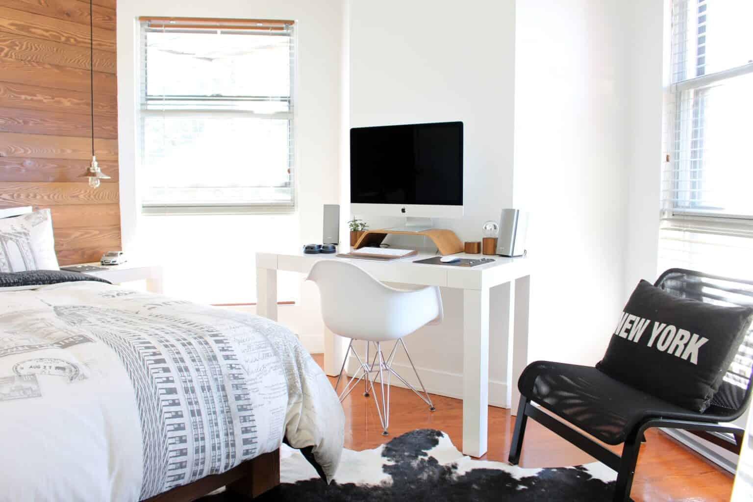 Mały pokój 6m2 z białym biurkiem