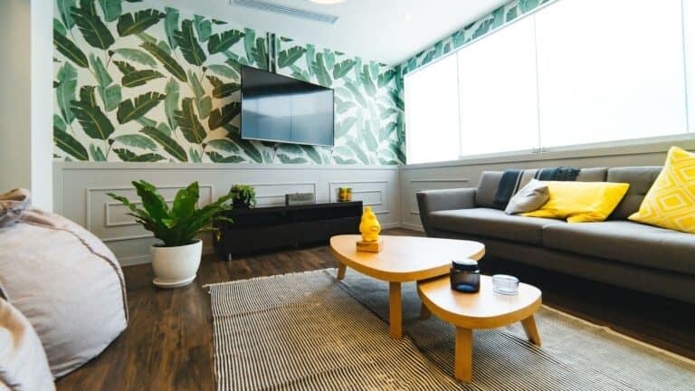 Mały pokój z kolorową tapetą